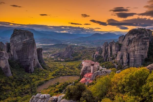 Griekenland. meteora. kloosters op de rotsen, geklasseerd door unesco. zomer. na zonsondergang