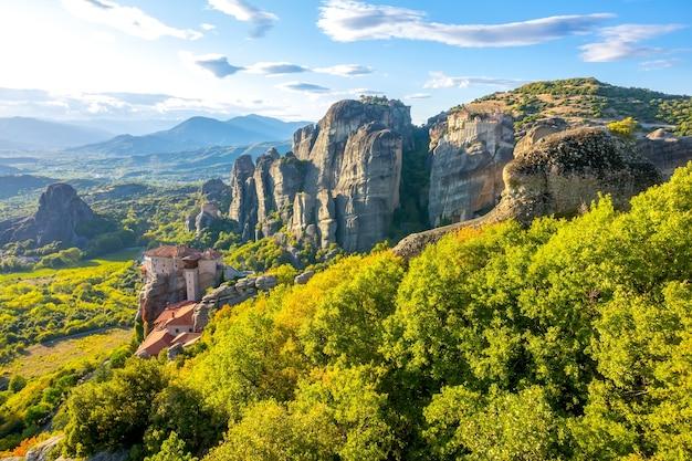 Griekenland. rotskloosters in meteora. zonnige zomerdag
