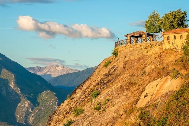 Griekenland. zomeravond in meteors. tuinhuisje op een heuvel met uitzicht op de bergtoppen