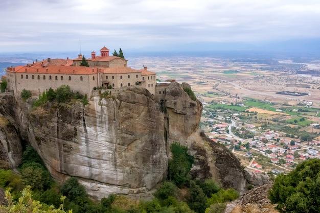 Griekenland. zomerdag in meteora. klooster op een hoge klif boven de stad