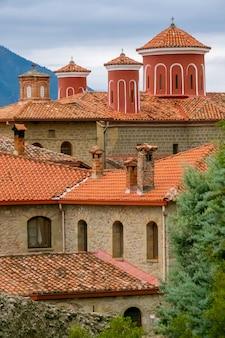 Griekenland. zomerdag in meteora. rode daken en kruisen op een grieks klooster