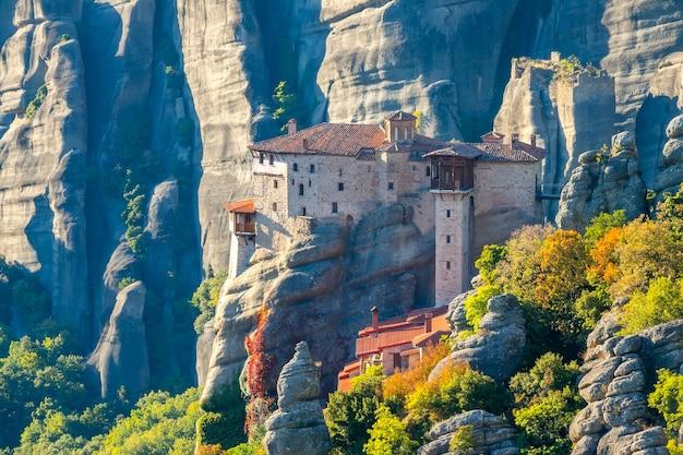 Griekenland. zonnige zomeravond in het bergdal van meteora. stenen klooster bovenop een klif