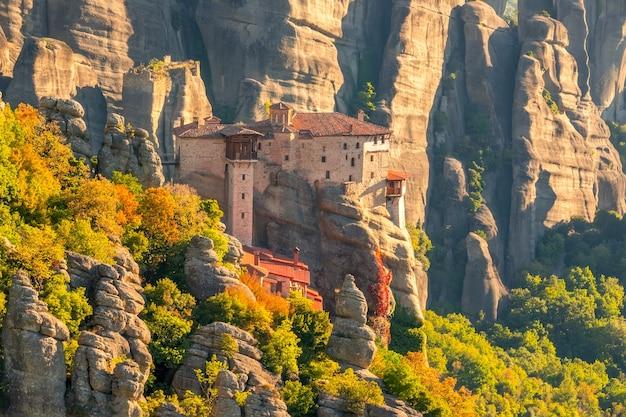 Griekenland. zonnige zomerdag in een bergdal. een stenen klooster bovenop een klif