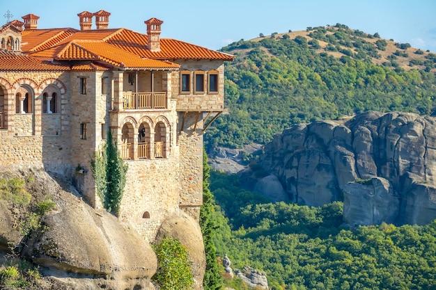 Griekenland. zonnige zomerdag in kalambaka. balkons van een rotsachtig klooster van meteora