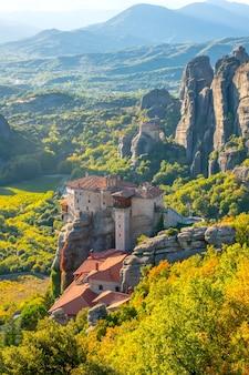 Griekenland. zonnige zomerdag in kalambaka. balkons van het klooster in meteora