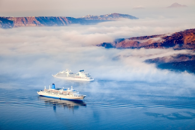 Griekse eilanden in de ochtendmist, santorini, griekenland