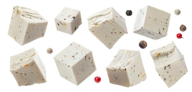 Griekse fetablokjes met kruiden en specerijen, in blokjes gesneden zachte kaas geïsoleerd op een witte achtergrond met uitknippad, collectie