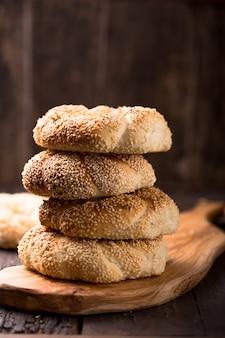 Griekse koulouri of turkse bagels genaamd simit in stapel. traditioneel straatvoedsel, knapperige bagels van de sesambroodring