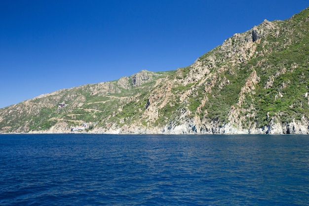 Griekse kust dichtbij heilige berg athos, chalkidiki, griekenland