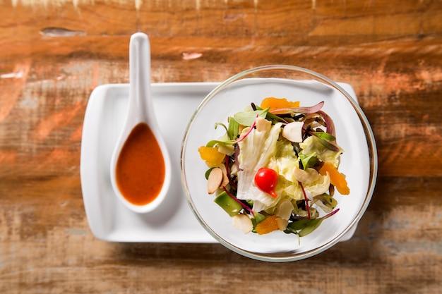 Griekse mediterrane salade, olijven en peper.