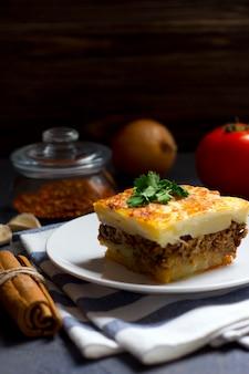 Griekse moussaka met rundergehakt en aardappelen
