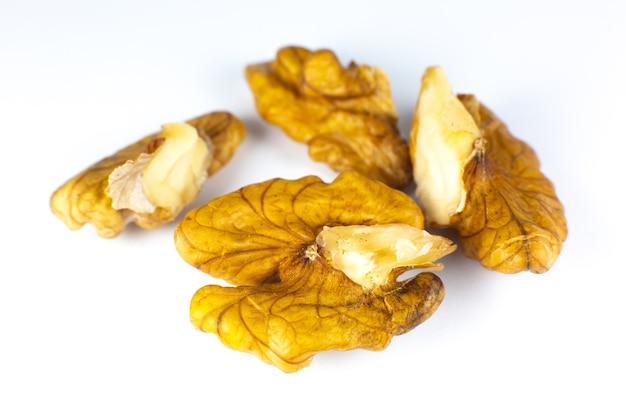 Griekse noten. close-up van walnoten op witte achtergrond. voedsel voor hersenenergie.