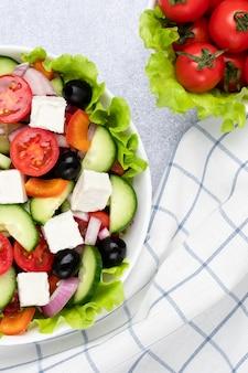 Griekse salade gemaakt met stukjes groenten en kaas Premium Foto