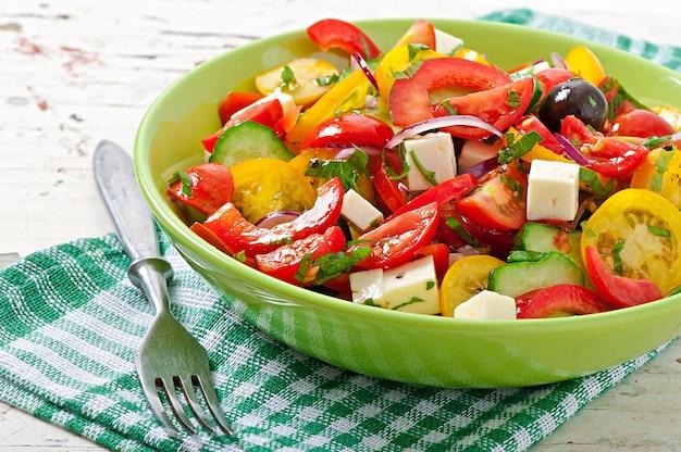 Griekse salade met feta, cherry tomaten en zwarte olijven