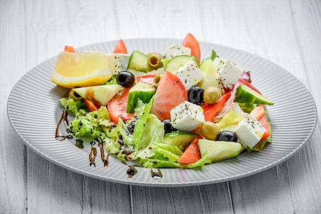 Griekse salade met groenten en kruiden