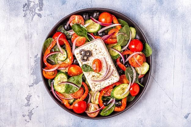 Griekse salade met groenten, fetakaas en olijven