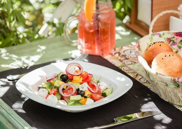 Griekse salade met olijfolie