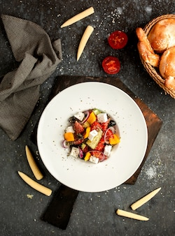 Griekse salade met olijven en kaas