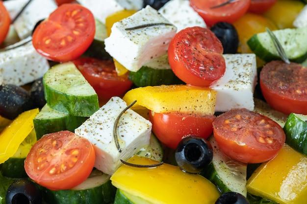 Griekse salade met rozemarijn en kruidenclose-up, het concept van het saladeingrediënt