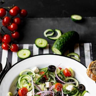 Griekse salade met spiraalvormige komkommer receptidee