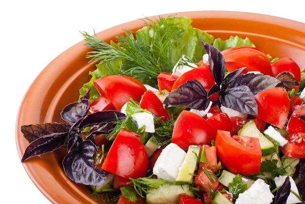 Griekse salade met tomaten, blokjes feta kaas, komkommer en andere groenten