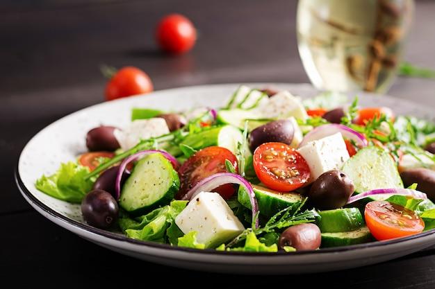 Griekse salade met verse groenten, feta-kaas en kalamata-olijven. gezond eten.