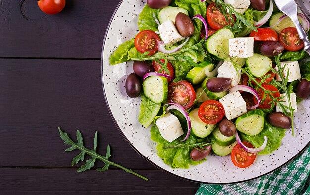 Griekse salade met verse groenten, feta-kaas en kalamata-olijven