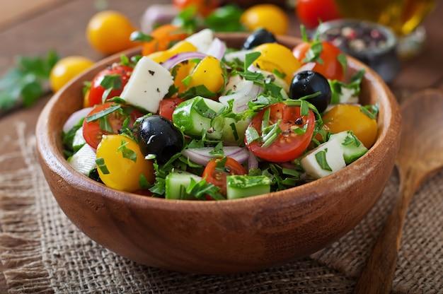 Griekse salade met verse groenten, feta-kaas en zwarte olijven