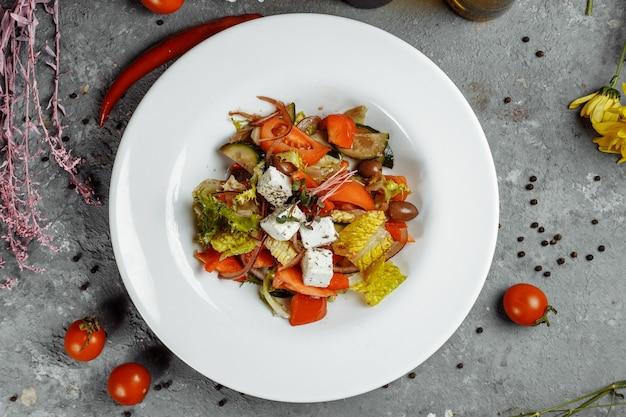 Griekse salade met verse groenten, fetakaas en zwarte olijven