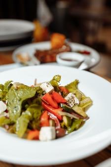 Griekse salade op de houten tafel