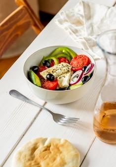 Griekse salade op een wit hout