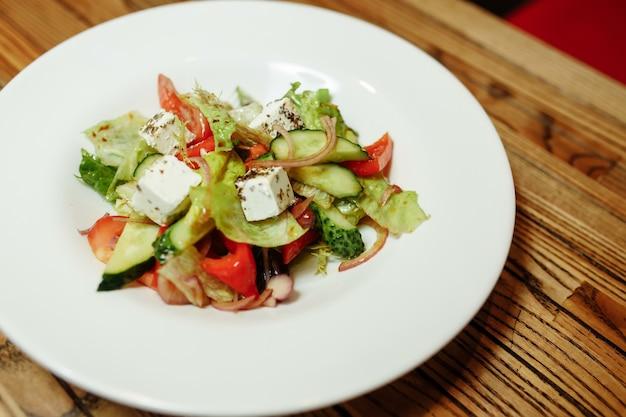 Griekse salade op houten hoogste mening als achtergrond.