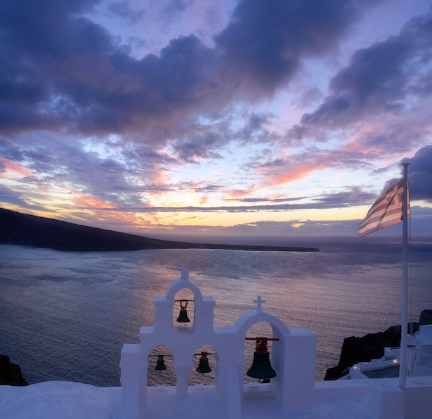 Griekse vlag op een lokale kapel in oia, santorini, griekenland