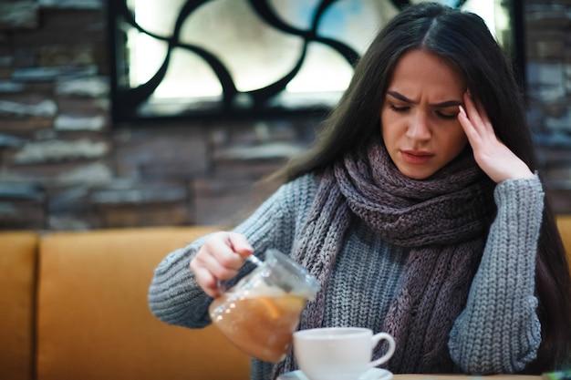 Griep verkoudheid of allergiesymptoom.zieke jonge vrouw met verkoudheid.