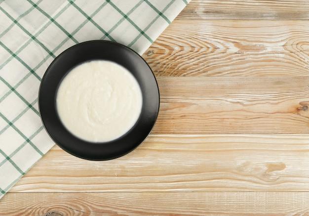 Griesmeel porrige in black bowl top view