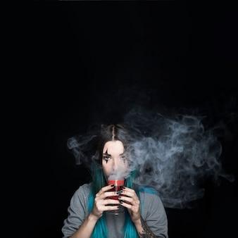 Griezelig meisje met rokerig rood wijnglas