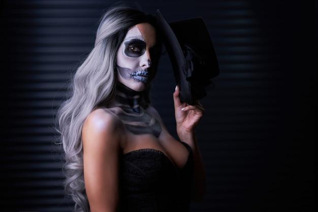 Griezelig portret van vrouw in gotische make-up van halloween