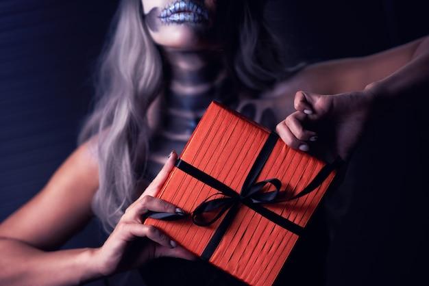 Griezelig portret van vrouw in halloween gotische make-up die aanwezig is
