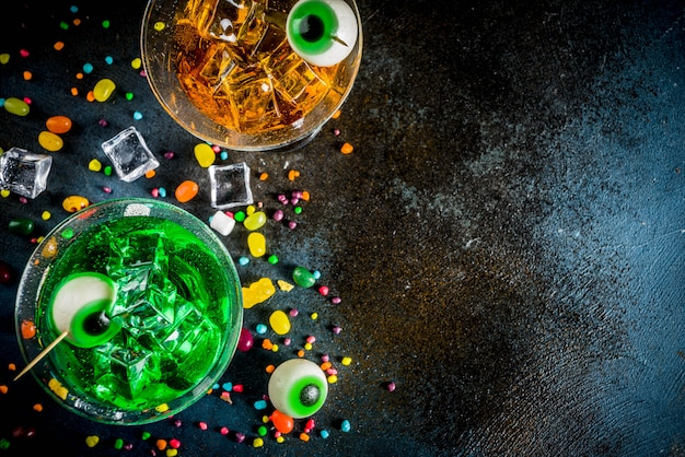 Griezelige groene, oranje martini-cocktails van halloween