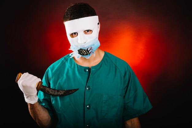 Griezelige man in dokter kostuum