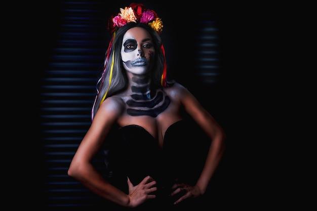 Griezelige vrouw in halloween dia de los muertos make-up