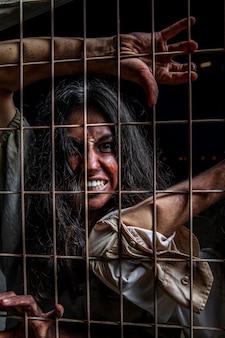 Griezelige vrouwelijke zombie buitenshuis