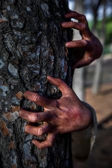 Griezelige zombiehanden op een boom