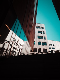 Grijs betonnen gebouw overdag