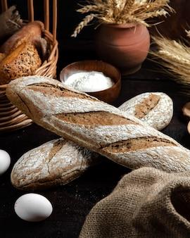 Grijs brood op de tafel