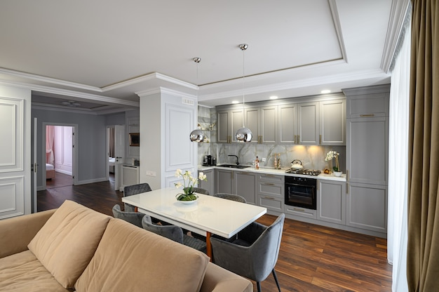 Grijs eigentijds klassiek keukenbinnenland ontworpen in moderne stijl