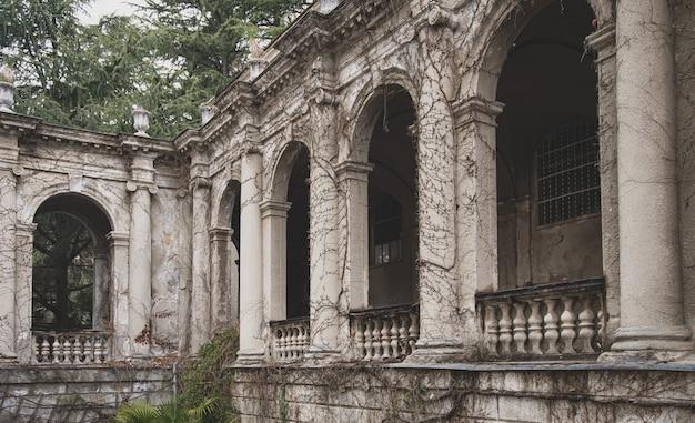 Grijs en somber verlaten sanatorium ordzhonikidze in sochi op een bewolkte dag, krasnodar krai