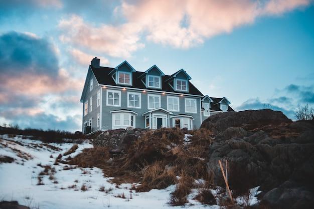 Grijs en zwart betonnen huis met twee verdiepingen