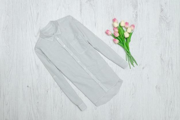 Grijs gestreept overhemd en boeket tulpen