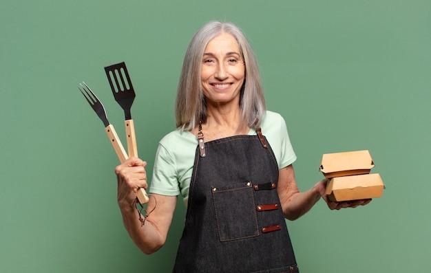 Grijs haar mooie barbecue chef-kok vrouw